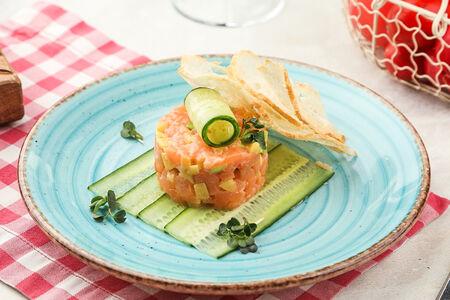 Тартар из лосося с манго и авокадо