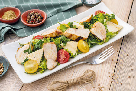 Салат с курицей гриль и медовым дрессингом
