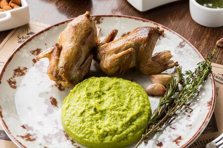 Перепелки жареные с пюре из зеленого горошка