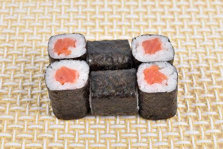 Ролл с подкопченным лососем