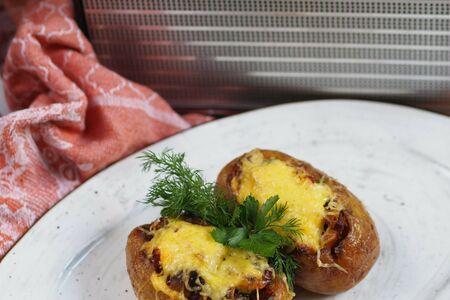 Печеный картофель с беконом и шампиньонами