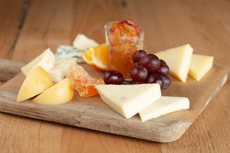 Ассорти из сырных деликатесов