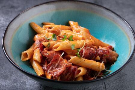 Паста Пенне в томатном соусе с пепперони и беконом