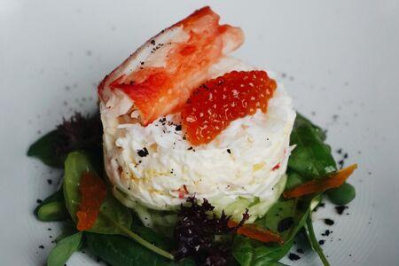 Крабовый салат c икрой лосося