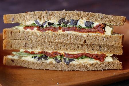 Сэндвич с вялеными помидорами