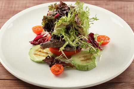 Теплый салат с говяжьей вырезкой и голубым сыром