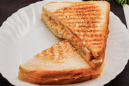 Сэндвич С беконом и маринованными огурцами