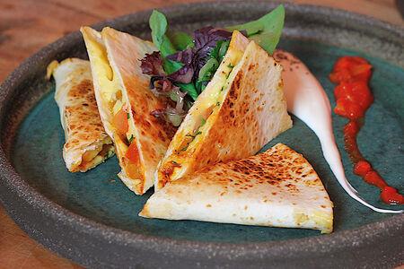 Кесадилья с сыром и томатами