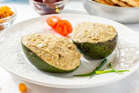 Авокадо, фаршированное тунцом