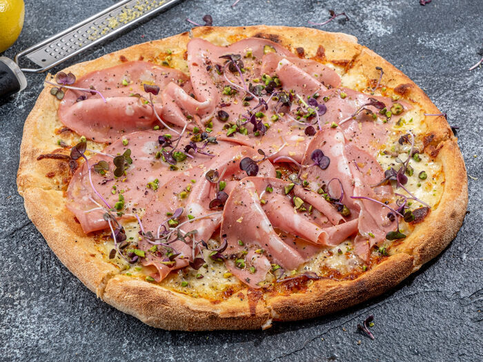 Пицца с Мортаделлой, фисташками и лимоном