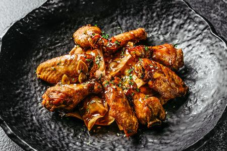 Куриные крылья в острой карамели с начос
