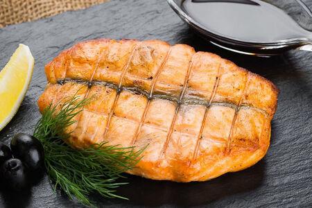Стейк из семги, запеченный на гриле