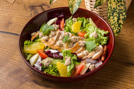 Салат с курицей и копченым сулугуни