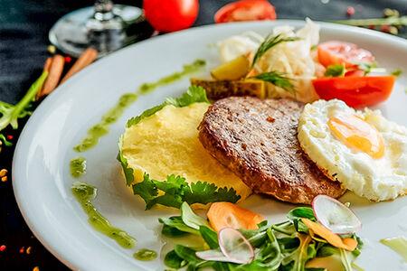Бифштекс рубленый с картофельным пюре и соленьями