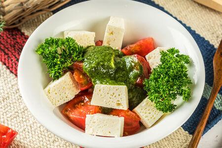 Салат из помидоров и имеретинского сыра