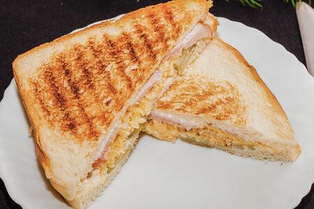 Сэндвич С ветчиной и маринованными огурцами