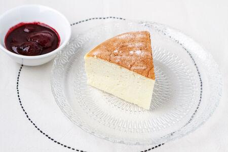 Сливочный бисквит с малиново-клубничным сиропом