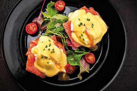 Яйца Бенедикт с слабосоленым лососем