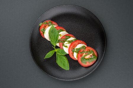 Салат с сыром моцарелла и томатами