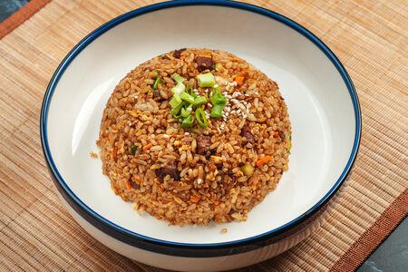 Жареный рис с говядиной и яйцом