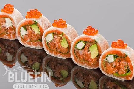Ролл сашими из лосося с авокадо, шпинатом и сыром филадельфия