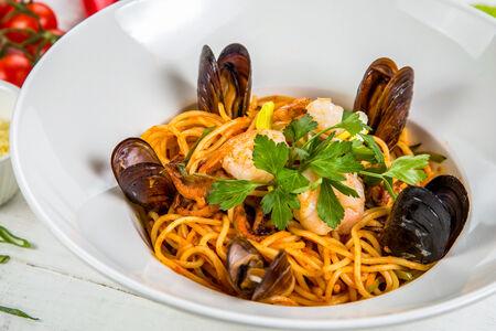 Спагетти с тигровыми креветками и морепродуктами в томатном соусе