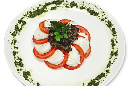 Моцарелла с помидорами и соусом песто