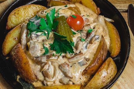 Жаровня со свининой в сливочно-грибном соусе