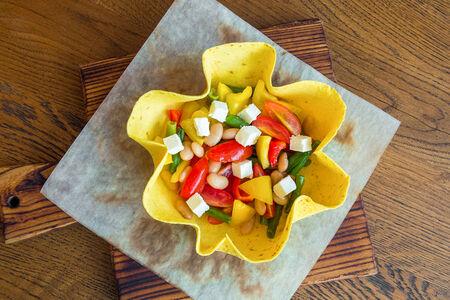 Салат овощной в хрустящей лепешке