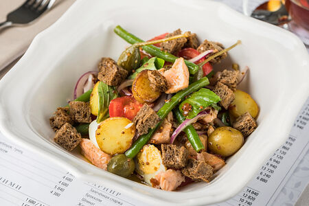 Салат Теплый с лососем и томатной заправкой