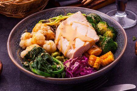Боул с курицей и овощами