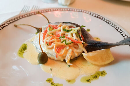 Дорадо с жульеном из кальмара и овощей