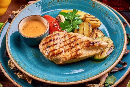 Куриное филе на гриле с овощами