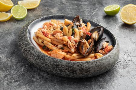 Паста Казаречче с морепродуктами в томатном соусе