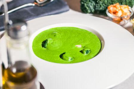 Суп-крем из шпината с жаренным осьминогом и гренками
