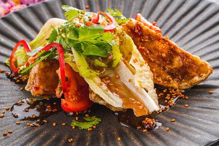 Салат из хрустящего баклажана с листьями романо