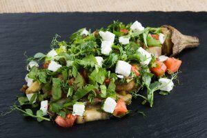 Баклажан запеченный с томатами и сыром фета