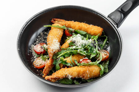 Салат с креветками в панировке