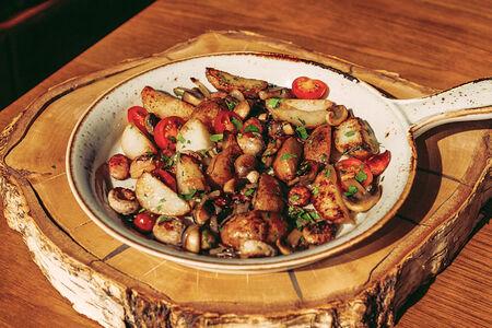 Жареха с колбасками и грибами
