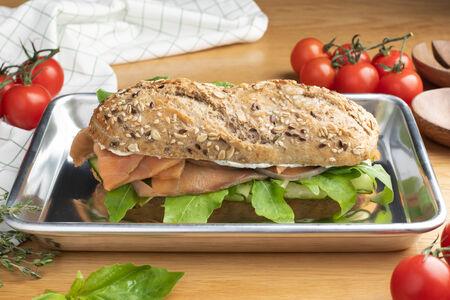 Сэндвич с лососем и соусом крем-чиз