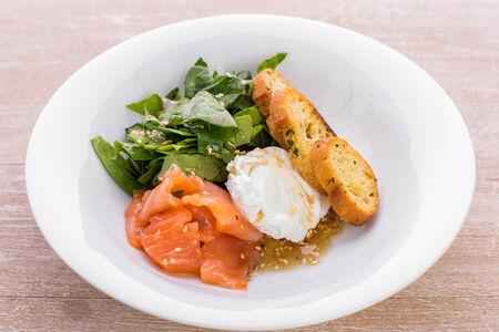 Салат с лососем, яйцом и шпинатом