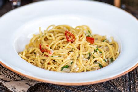 Спагетти с соусом алио-олио пеперончино и креветками
