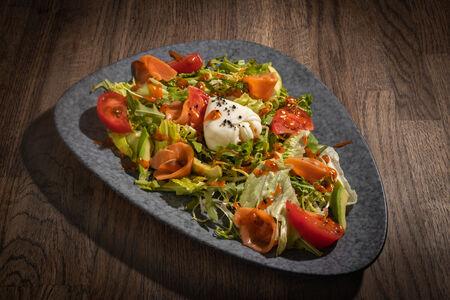 Салат с семгой и яйцом пашот