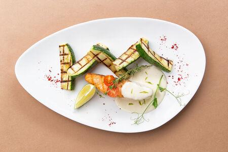 Стейк из лосося с цукини и сливочным соусом