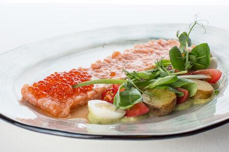 Тартар из лосося с огурцом и красной икрой