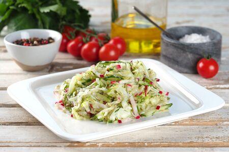 Салат из капусты с редисом