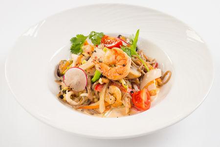 Японская гречневая лапша Соба с морепродуктами в сливочном соусе