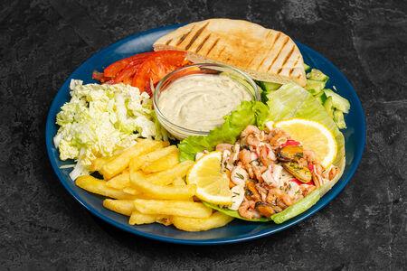 Шаверма с морепродуктами на тарелке