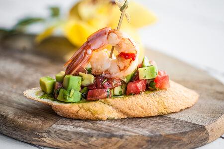 Тапас с креветкой и авокадо