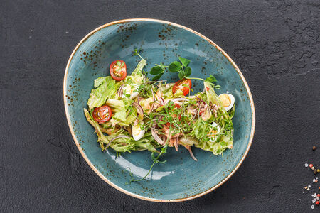 Салат из свежих овощей с тунцом
